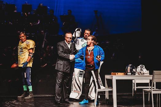 Auf diesem Bild ist eine typishe Szene aus einer Oper zu sehen. Es hanelt sch hier um Richard Wagner 'Das Rheingold', in der Frederik Baldus, Bariton /Bass-Bariton, als Donner engagiert war. Mit im Bild die Opernsänger Franz Hawlata, Michael Kupfer und Andrea Silvestrelli.