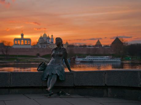 Памятник Туристке в Великом Новгороде