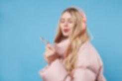 Una donna che indossa cappotto e cuffie