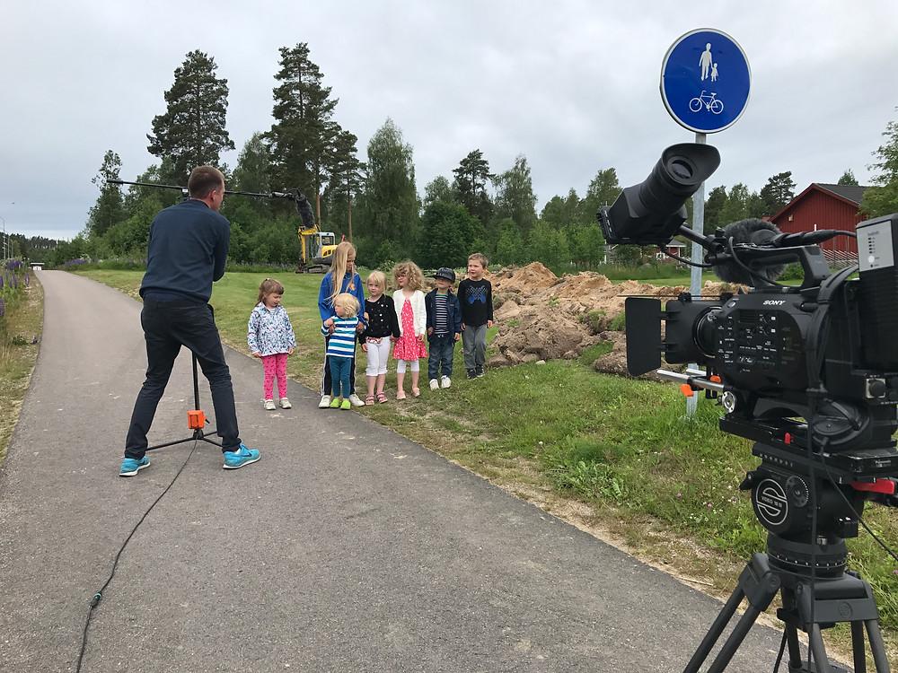 Barn framför kameran