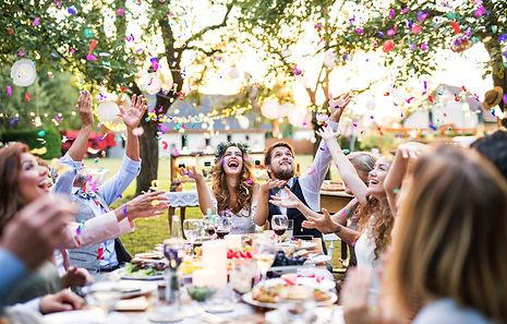 fröhliches feierndes Brautpaar oder Hochzeitspaar mit ihren Gästen durch eine professionelle Hochzeitsplanung im Rhein-Main-Gebiet