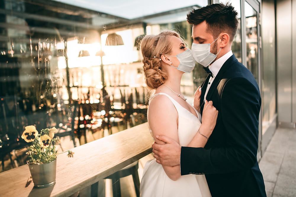 Brautpaar mit Maske in Zeiten von Corona