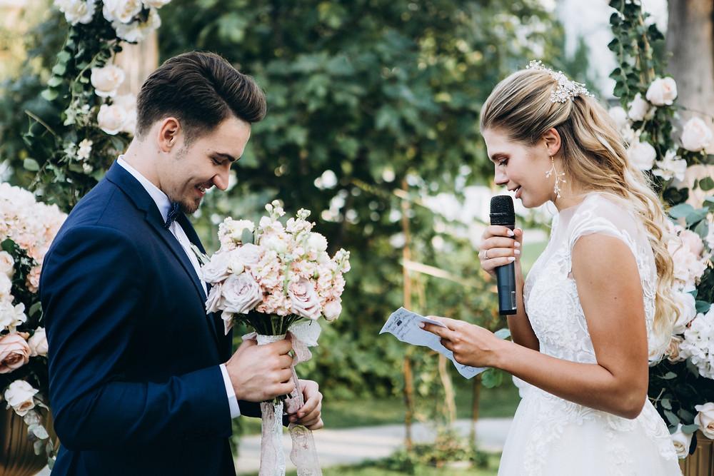 Brautpaar beim eigenen Eheversprechen