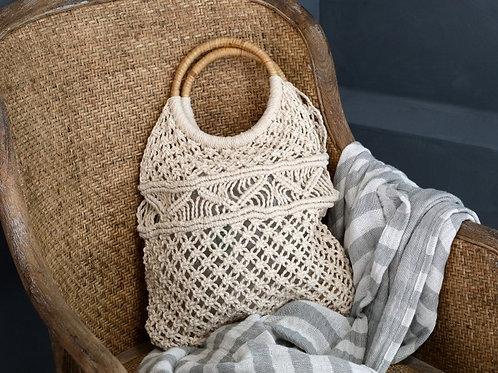 Gehäckelte Netztasche mit Rattanhenkel