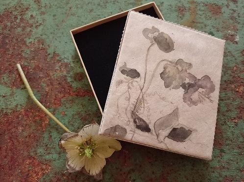 Schachtel mit Blumenmotiv