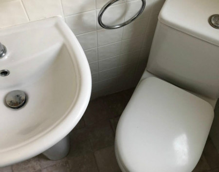 Glenluce ensuite wc.jpg