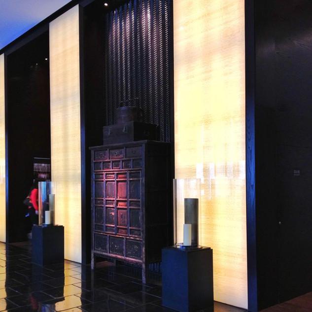 Наши декоративные материалы в интерьере новой 5-звёздочной гостиницы. Пастельный тон, двойной слой сетки, спокойное и богатое сочетание с тёмной древесиной.