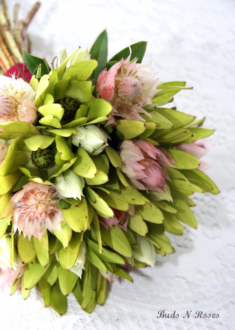 Buds n roses - Natural Stem Posy of Pale