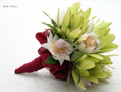 Buds n roses - Throwaway posy of soft gr