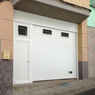 Blanca con puerta de paso lateral y ventanas