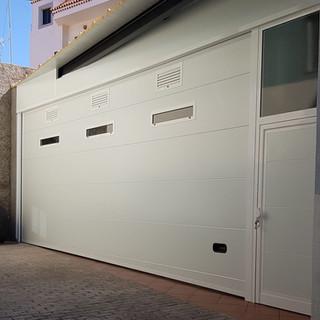 Blaca con puerta de paso lateral