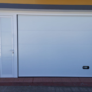 Blanca con puerta de paso lateral