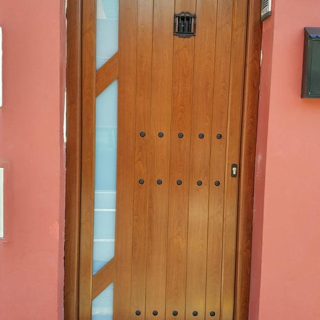 Puerta color imitación madera