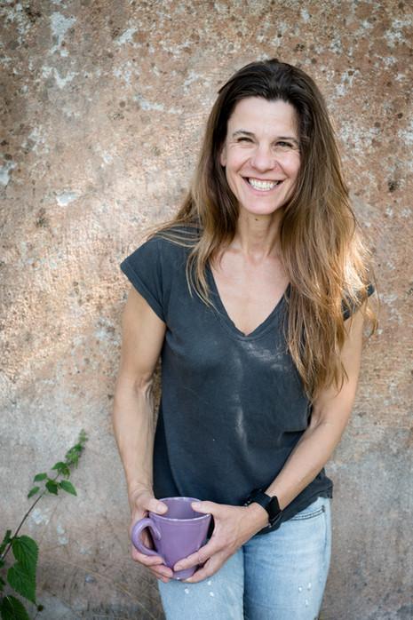 Brandingfotograf Maiken Kestner - portræt kvinde med kaffekop