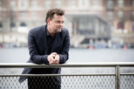 Brandingfotograf Maiken Kestner - erhvervsportræt af mand på bro