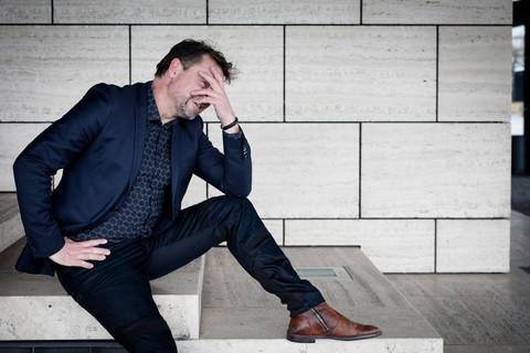 Brandingfotograf Maiken Kestner - brandingfoto af mand der tager sig til hovedet