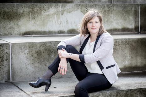 Brandingfotograf Maiken Kestner - portræt af kvinde på trappe 1