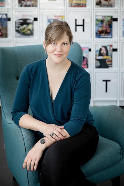 Brandingfotograf Maiken Kestner - portræt af kvinde i stol
