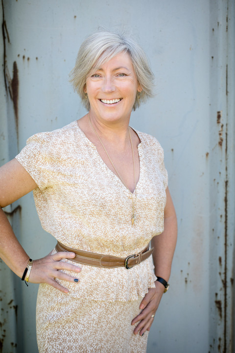 Brandingfotograf Maiken Kestner - portræt af kvinde i lys kjole