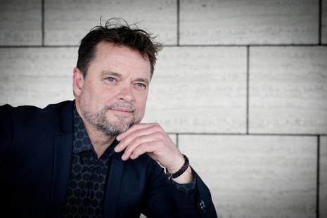 Brandingfotograf Maiken Kestner - portræt af eftertænktsom mand