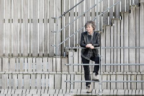 Brandingfotograf Maiken Kestner - billede af kvinde på bro