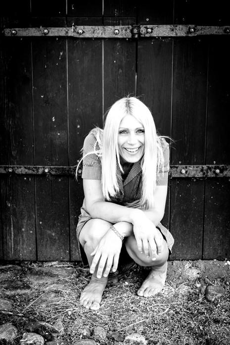 Brandingfotograf Maiken Kestner - portræt af kvinde der sidder på hug