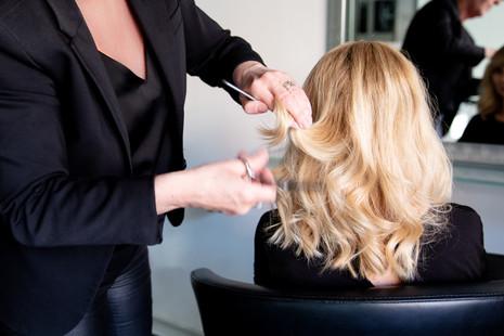 Brandingfotograf Maiken Kestner - brandingbillede af frisør der klipper