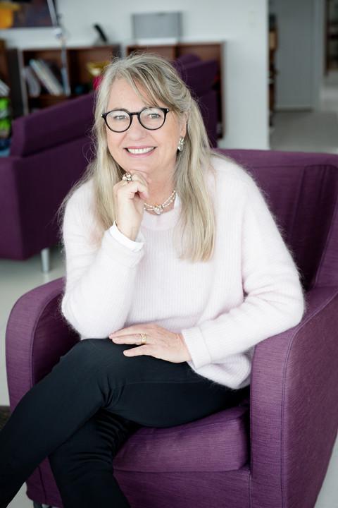 Brandingfotograf Maiken Kestner - portræt af kvinde i lilla stol