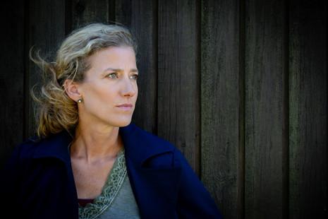 Brandingfotograf Maiken Kestner - portræt af kvinde der kigger væk
