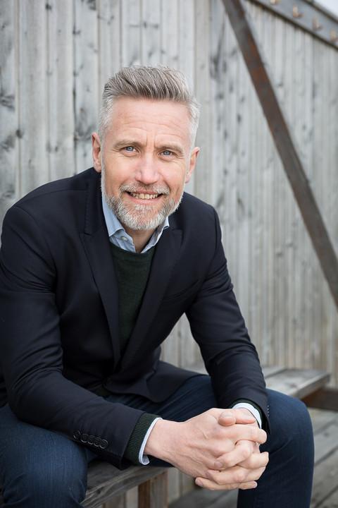 Brandingfotograf Maiken Kestner - portræt af mand på bænk