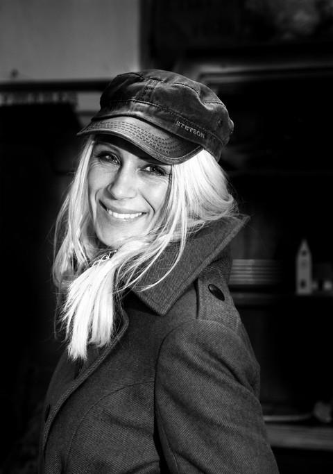 Brandingfotograf Maiken Kestner - portræt af kvinde med kasket
