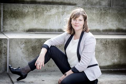 Brandingfotograf Maiken Kestner - portræt af kvinde på trappe 2