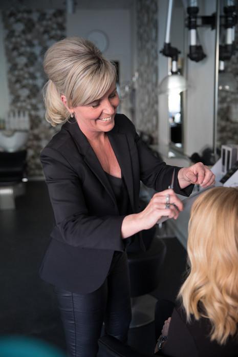 Brandingfotograf Maiken Kestner - brandingbillede af frisør der klipper hår