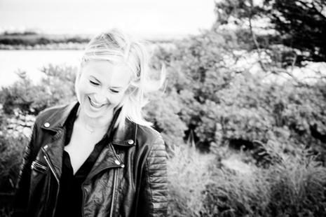 Brandingfotograf Maiken Kestner - portræt af grinene kvinde sort-hvid