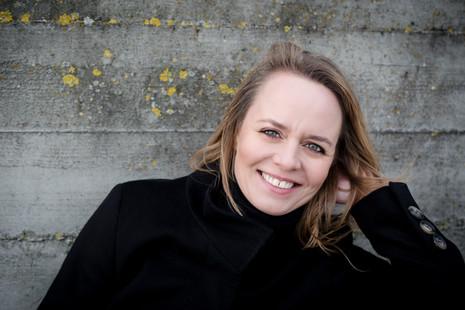 Brandingfotograf Maiken Kestner - portræt af ung kvinde med vind i hår
