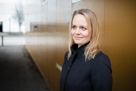 Brandingfotograf Maiken Kestner - portræt af Mette på gul baggrund