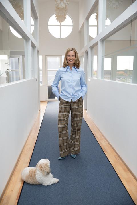 Brandingfotograf Maiken Kestner - portræt af kvinde med hund