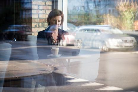 Brandingfotograf Maiken Kestner - brandingfoto af kvinde på Cafe