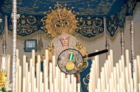 Virgen-del-Amor-con-medalla-oro-merito-policial