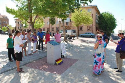 Asistentes al acto en torno a la placa dedicada al Alcalde Casto Prieto Carrasco y a los concejales Manuel de Alba Ratero, Luis Maldonado Bomati y Casimiro Paredes Mier