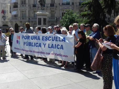 """La Campaña """"Por una Escuela Pública y Laica. Religión fuera de la escuela"""" se concentra ante el Cong"""