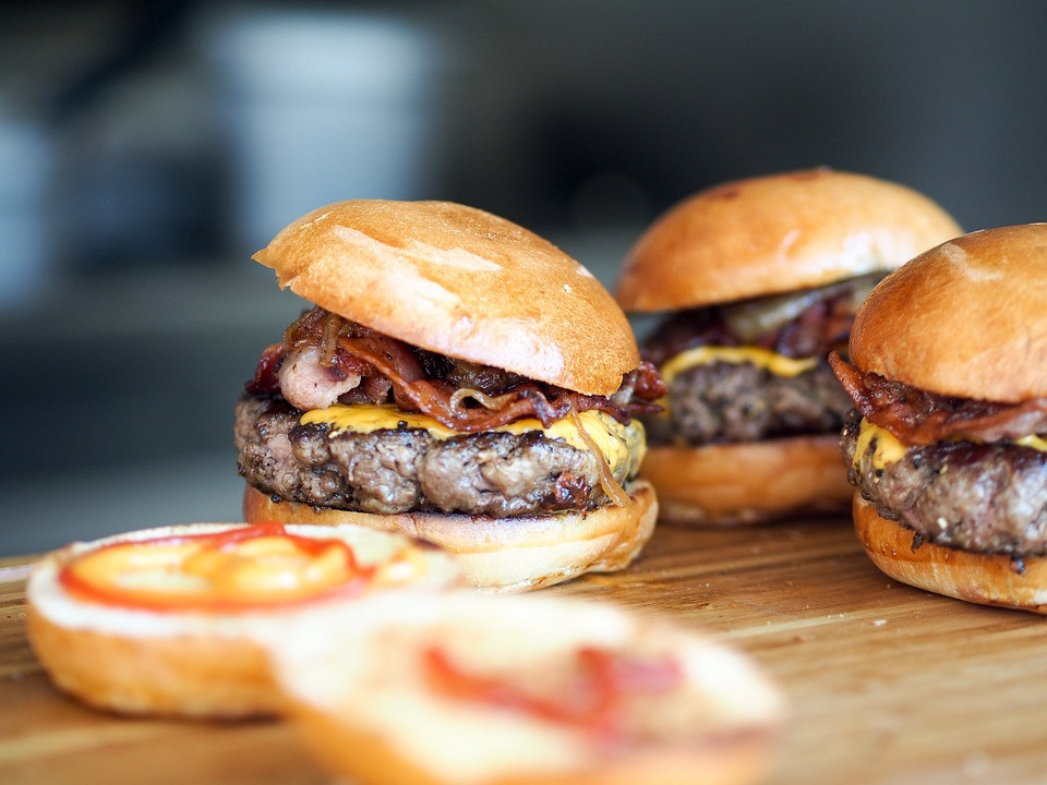 Hamburger auf dem Tisch