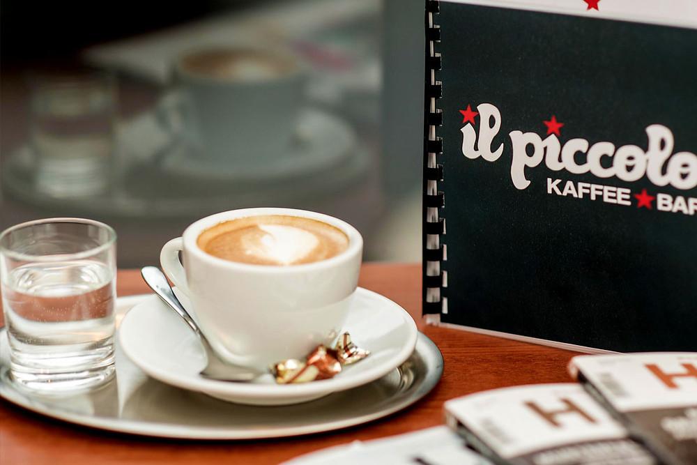 Kaffee, Wasser und Speisekarte