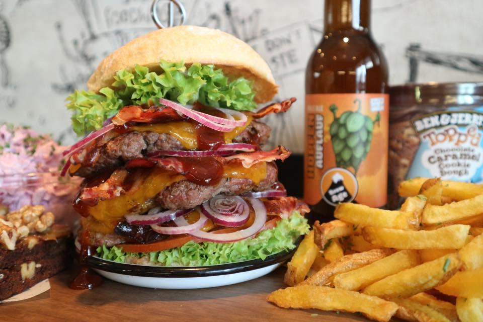 Hamburger mit Pommes und Getränk auf Tisch
