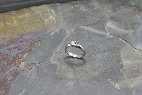 Solitario oro blanco 18k  4 uñas diamante central