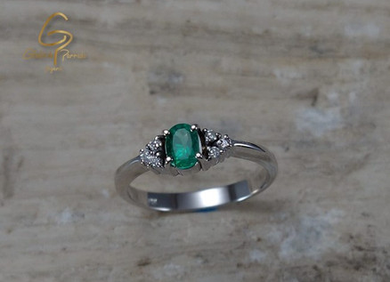 Solitario O.B 18k 4uñas Esmeralda 0.29ct Diamantes 0.06ct