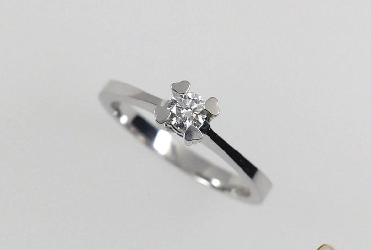 Anillo Oro Blanco 18k 4 Uñas Corazon diamante.