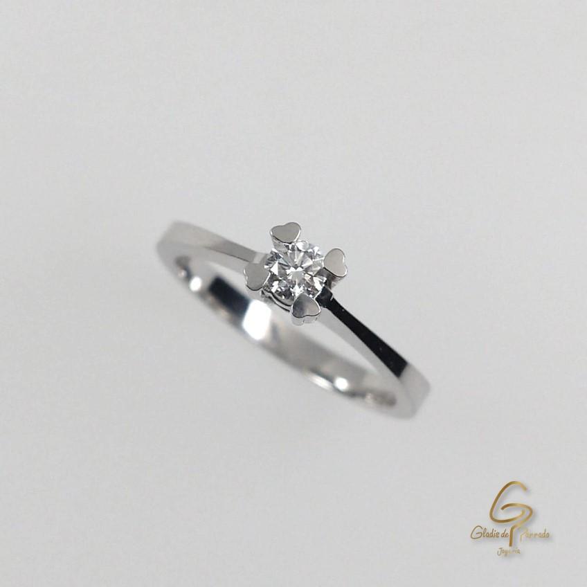 Anillo O.B 18k 4 Uñas Corazon diamante.