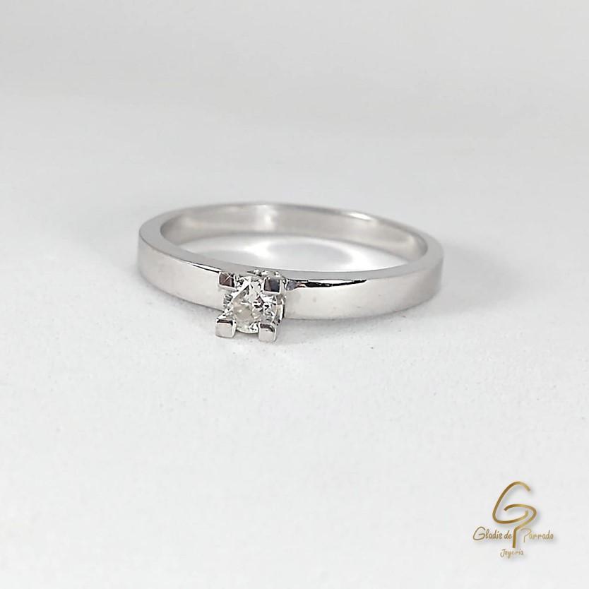Anillo Solitario O.B 18k Liso Chaton 4 Uñas Diamante Central