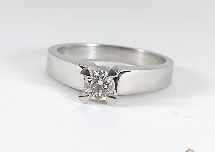 Solitario Oro Blanco 18k Cuatro Uñas diamantes.